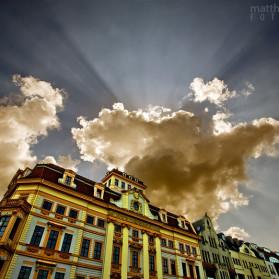 Große Wolken deuten einen Sturm über der Innenstadt von Leipzig an.