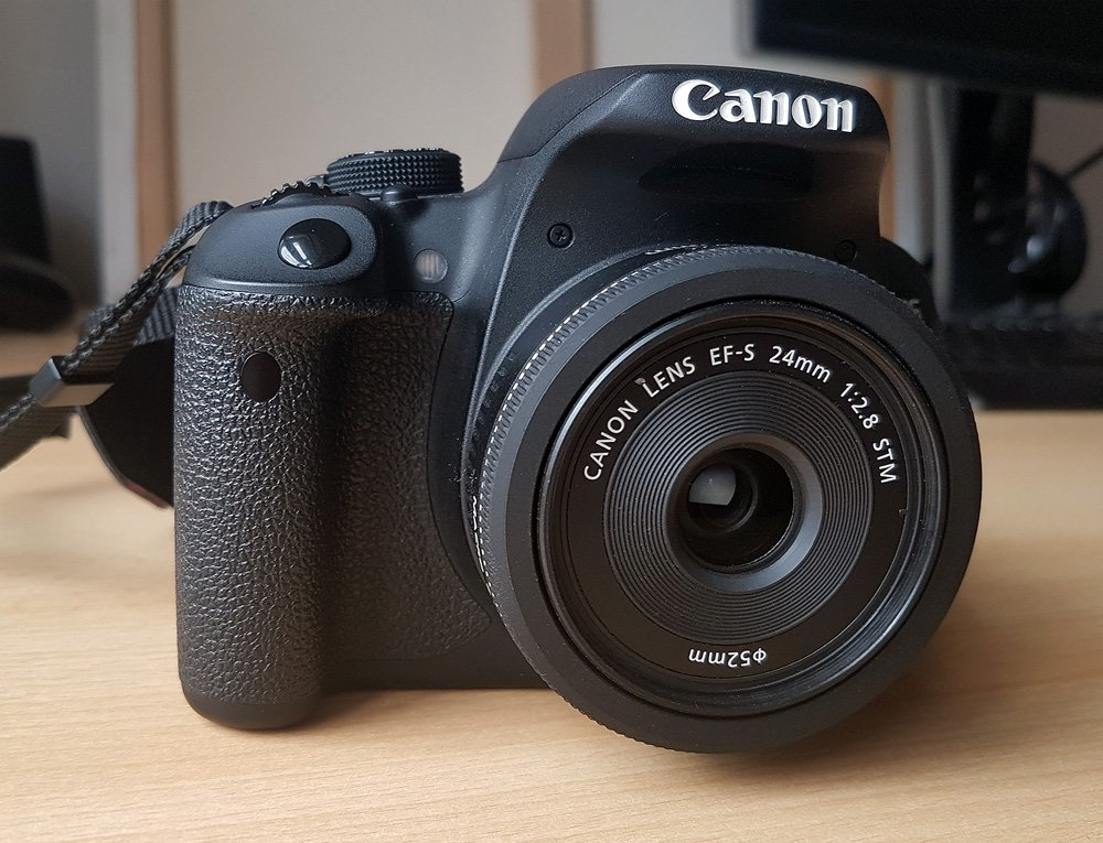 Canon EOS 700D mit Canon EF-S 24mm f/2.8 STM vorn
