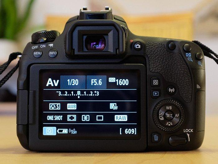 Canon EOS 77D Rückseite mit Hauptdisplay
