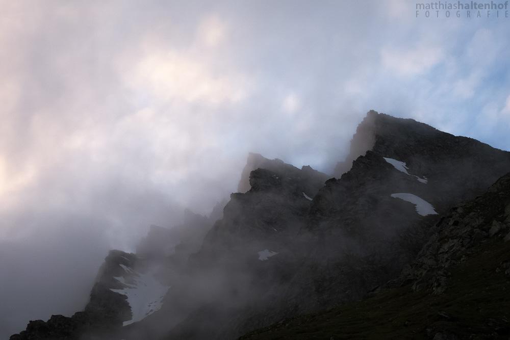 Die Wolken hängen zwischen den Felsen an der Franz-Josefs-Höhe