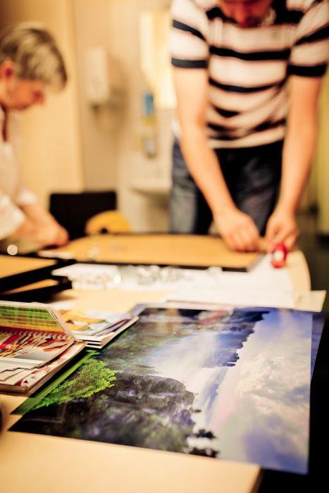 Rahmen und Ausrichten vor einer Ausstellung - Bild von Anne Hornemann