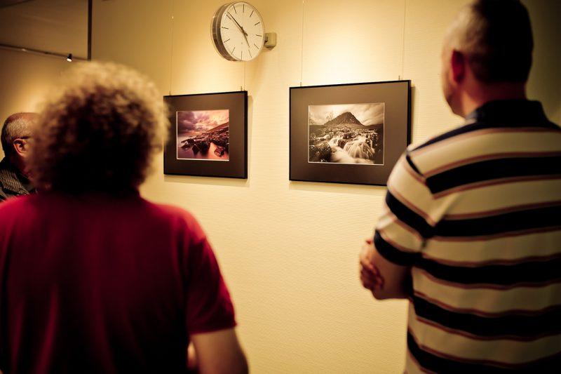 Besucher einer Ausstellung im Gespräch mit mir - Bild von Anne Hornemann