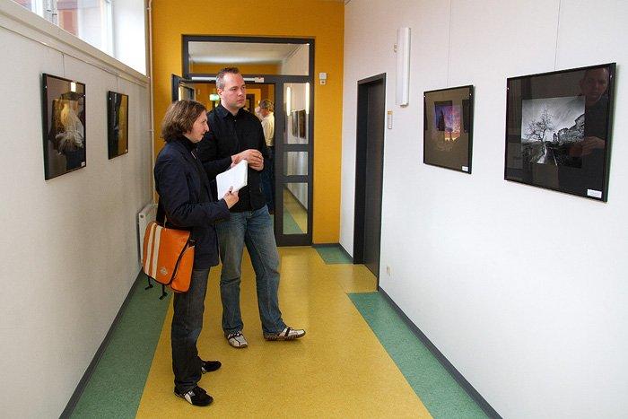Interview während einer Ausstellungseröffnung
