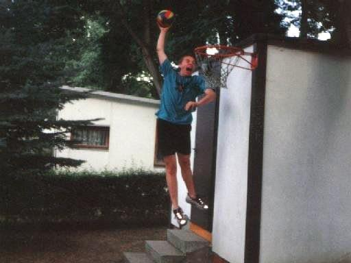 Beim Basketball spielen mit 14