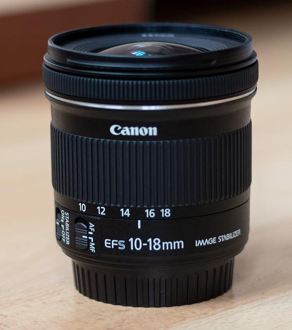 Canon EF-S 10-18mm - Seitenansicht mit Schaltern für Autofokus und Bildstabilisator