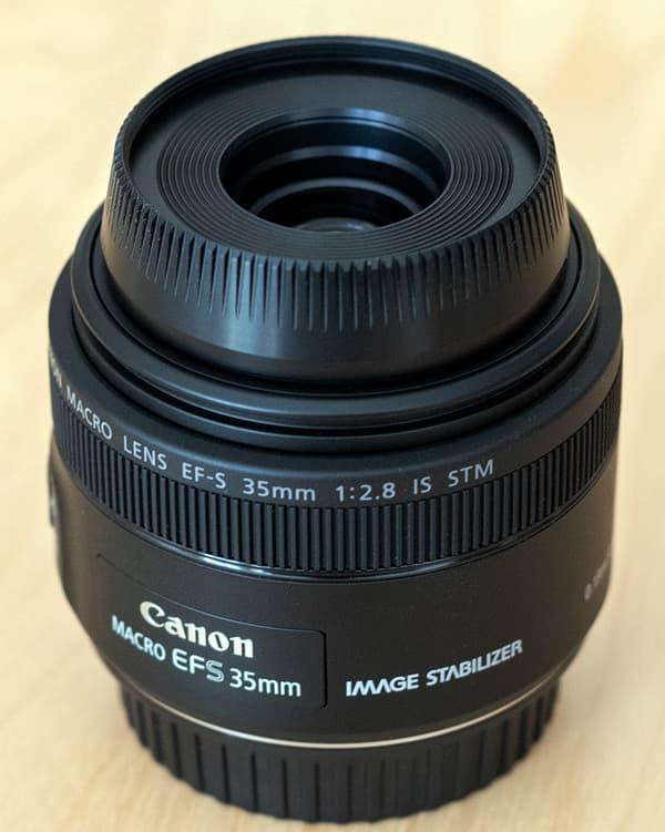 Canon EF-S 35mm f/2.8 Macro IS STM mit angesetzter Streulichtblende