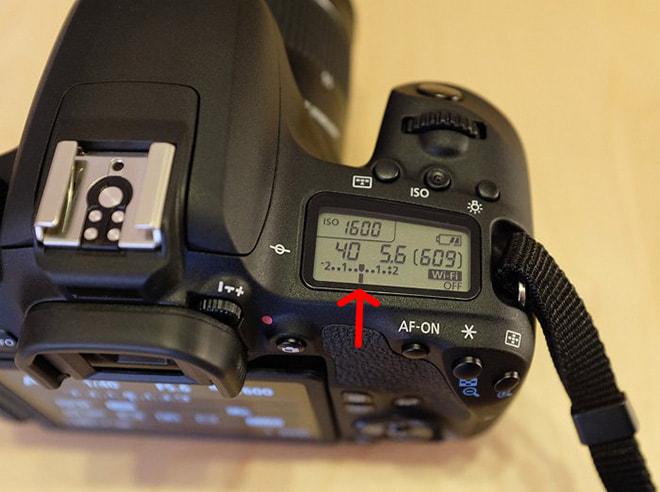 Anzeige für Belichtungskorrektur und Belichtungsmessung auf dem Schulterdisplay einer Canon EOS 77D