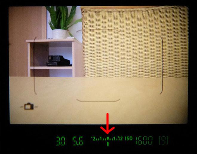 Anzeige für Belichtungskorrektur und Belichtungsmessung im Sucher einer Canon EOS 77D