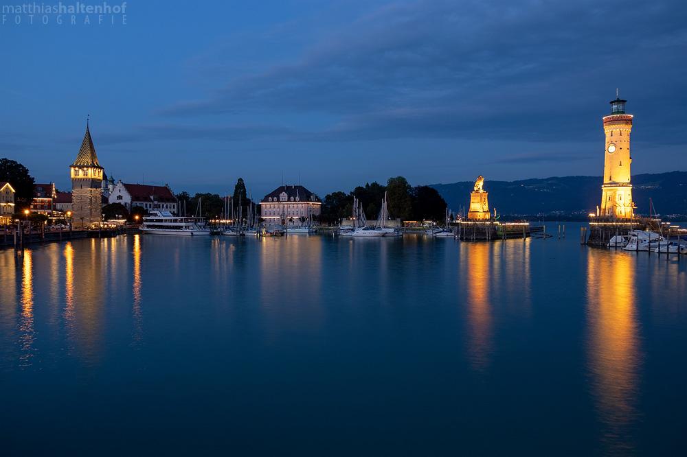 Hafeneinfahrt von Lindau am Bodensee zur blauen Stunde