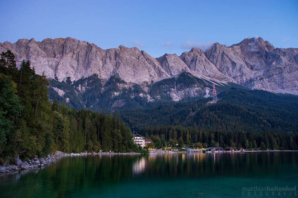 Zugspitze und Eibsee nach Sonnenuntergang