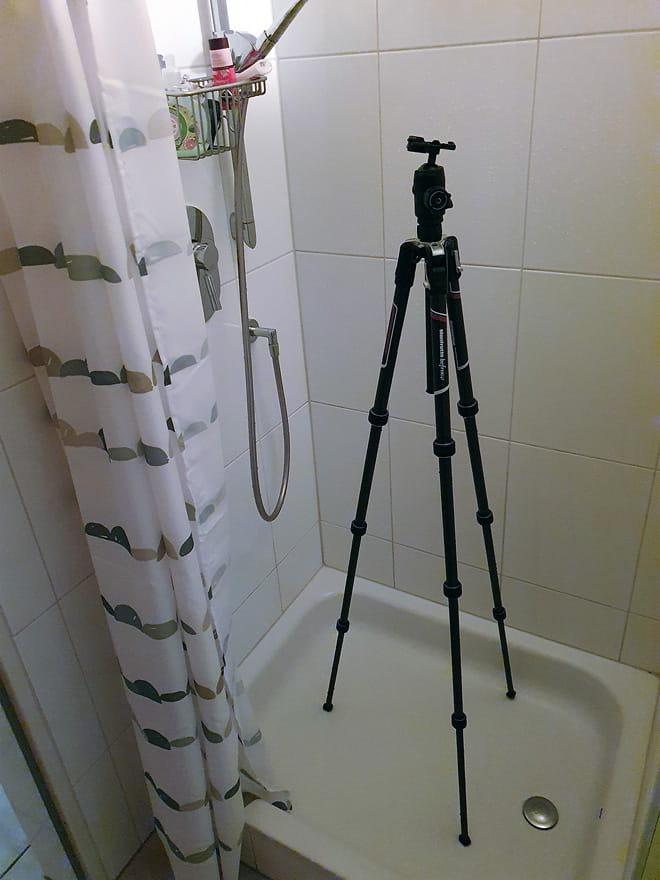 Ein fast schon normaler Anblick nach dem Fotografieren im Salzwasser - Das Stativ wird in der Dusche abgespült