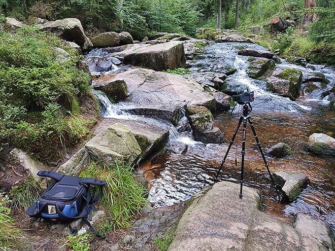 Fotorucksack, Kamera und Stativ im Harz im Einsatz