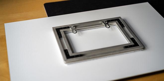 Aluminium Aufhängung hinter einem Acrylglas Druck