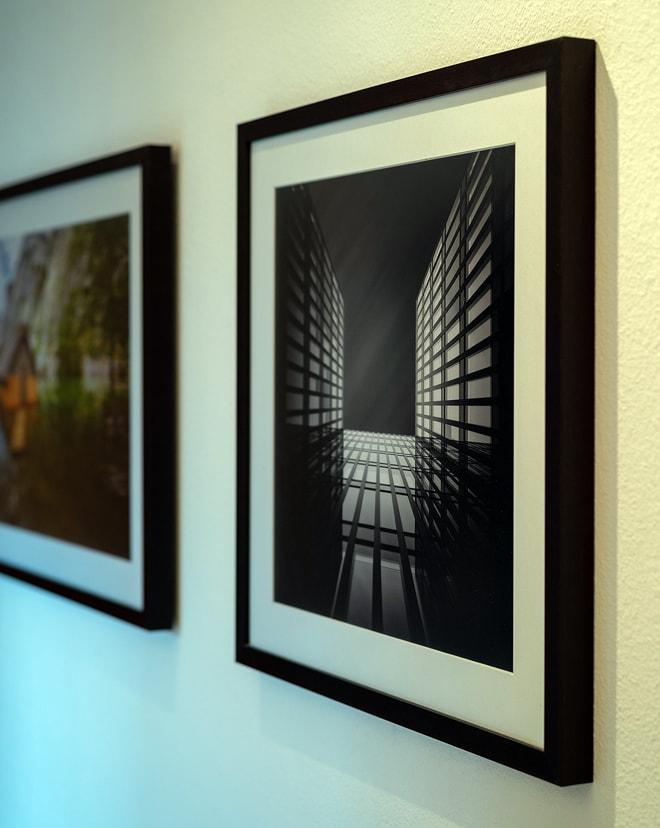 "Druck von ""Skai"" auf Kodak Pro Endura matt mit Passepartout hinter Floatglas matt mit Holzrahmen"