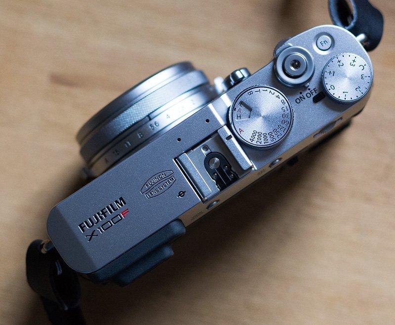 Die Fujifilm X100F von oben - Drehregler für alle wichtigen Einstellungen