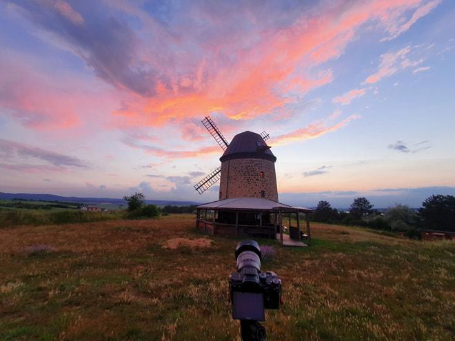 Farbenfroher Sonnenuntergang an der Warnstedter Mühle