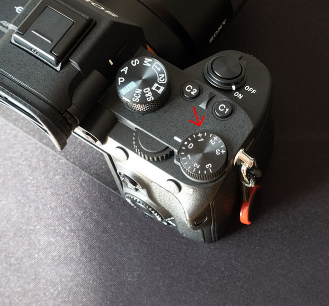 Einstellrad für die Belichtungskorrektur an der Sony Alpha 7 III