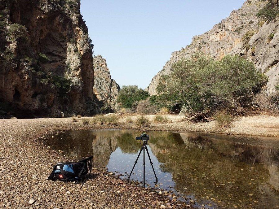 Mein Equipment mit Kamera, Stativ und Fotorucksack im Torrent de Pareis auf Mallorca