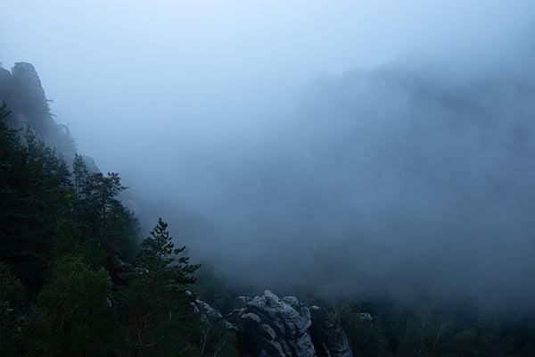 Das Tal hat sich mit Nebel gefüllt