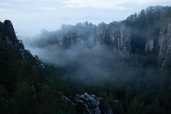 Wolken ziehen langsam ins Tal