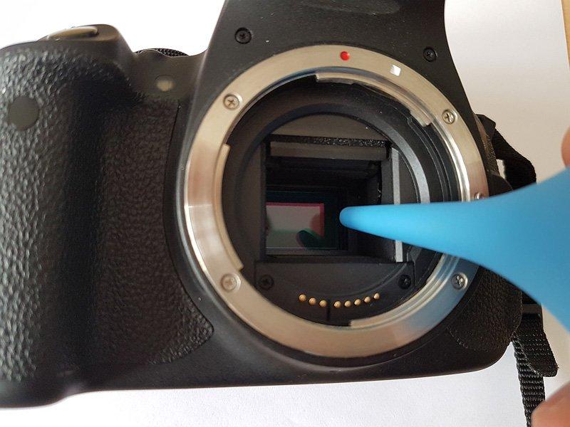 Luftreinigung des Sensors mit dem Blasebalg