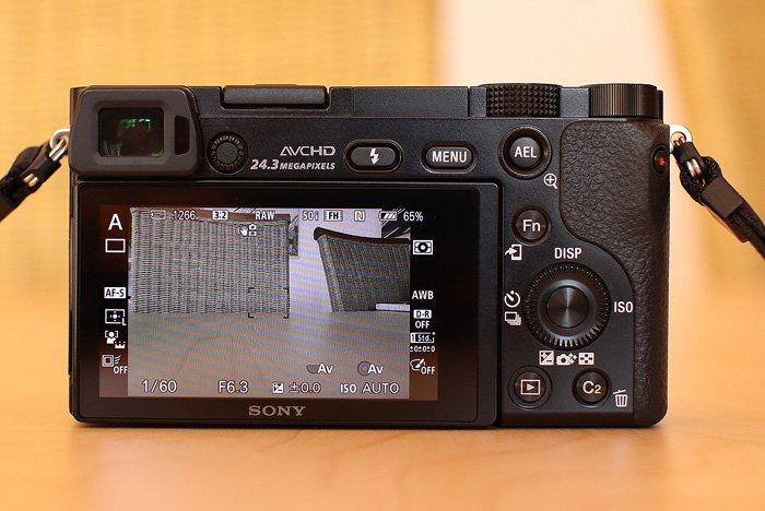 Die Rückseite der Sony Alpha 6000 mit eingeschaltetem Display