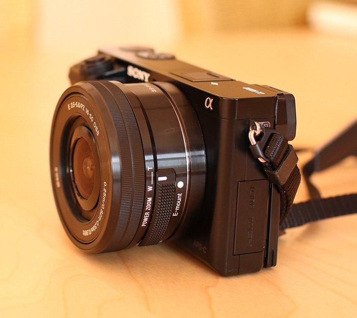 Das 16-50 mm Objektiv ist im eingefahrenen Zustand sehr kompakt