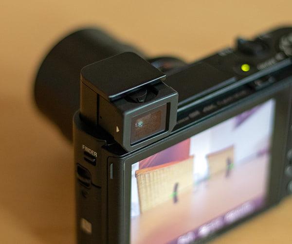 Elektronischer Sucher an einer Sony RX100 VA Kompaktkamera