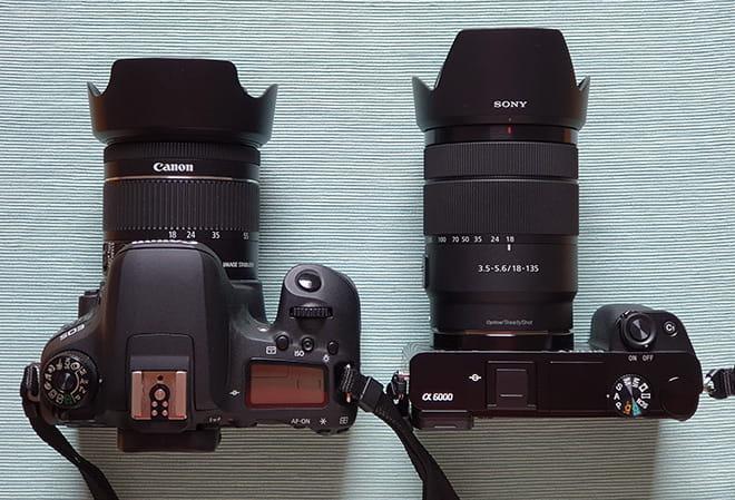 Größenvergleich von oben - links DSLR (Canon EOS 77D), rechts DSLM (Sony Alpha 6000) - Achtung: Unterschiedliche Objektive, gleiche Brennweite an einer DSLM wäre kleiner