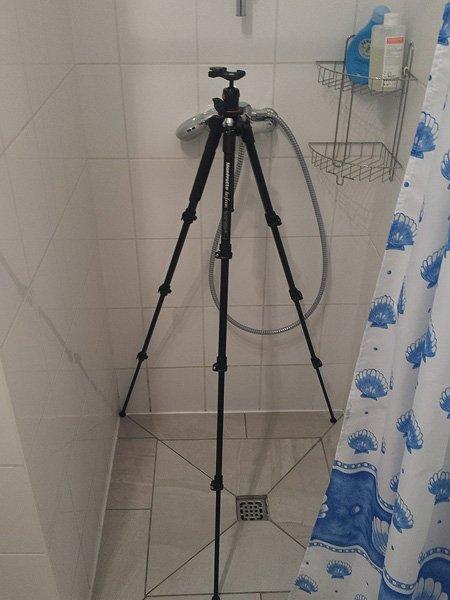 Stativ trocknet nach der Dusche