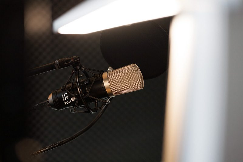 Mikro mit Filter und Schalldämmmatten im Hintergrund